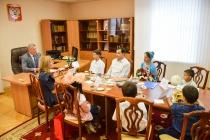 Сенатор Сергей Лукин помог воронежской многодетной семье подготовить школьников к новому учебному году