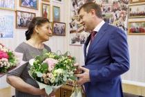 Владимир Нетесов поздравил Екатерину Молодцову с юбилеем