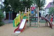 Команда ДСК подарила воронежским малышам уютный двор с качелями и каруселями