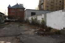 В центре Воронежа элитный дом обнесли стеной и колючей проволокой