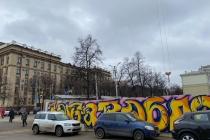 Забор у здания воронежского правительства украсило граффити «Выбора»