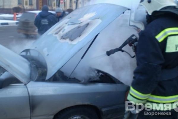 В Воронеже у здания облправительства вспыхнула легковушка