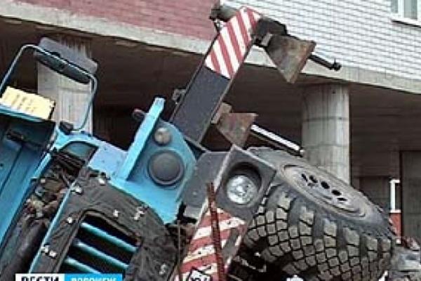 На стройке в центре города упал кран