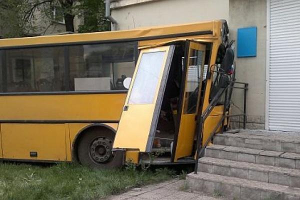 Автобус врезался в жилой дом в центре Воронежа