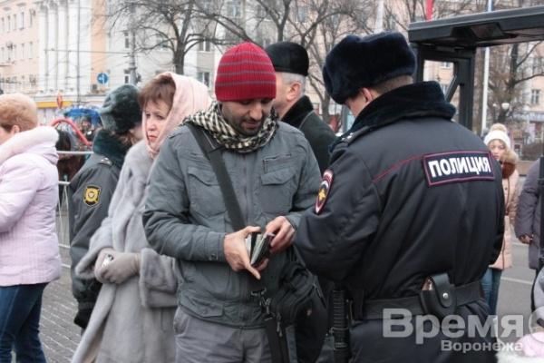 На улицах Воронежа и на въезде в город полицейские стали чаще проверять паспорта