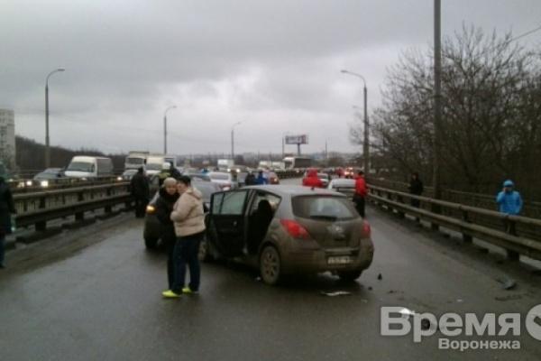 В Воронеже на мосту столкнулись почти три десятка машин: один человек пострадал