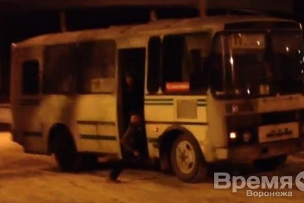 В Воронеже водитель маршрутки с пассажирами удивил зевак дрифтом по скользкой дороге