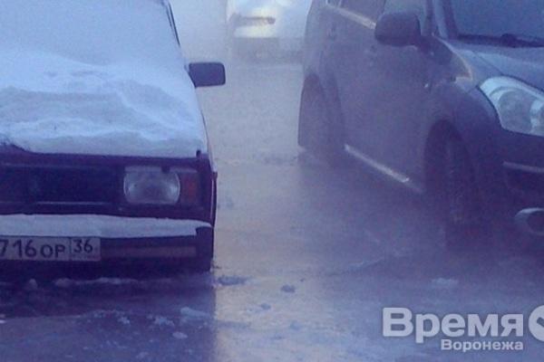 Из-за утечки на водопроводе «РВК-Воронеж» легковушки вмерзли в лёд