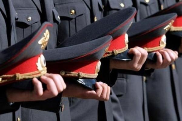 Милиционеры сдают зачет на знание закона «О полиции», чтобы стать полицейскими