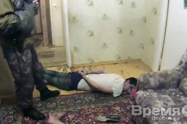 В Воронеже торговец героином, убегая от наркополицейских, выпрыгнул со второго этажа