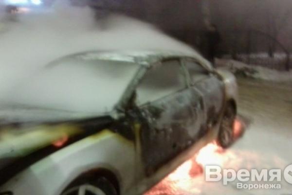 В центре Воронежа сожгли дорогую иномарку