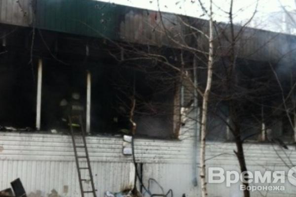 Очевидцы пожара универсама в Воронеже: Продавцы быстро выбежали на улицу прямо в фартуках