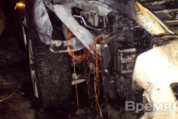 За ночь в Воронеже сгорели две иномарки