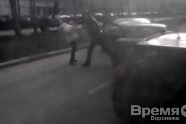 В центре Воронежа женщину-водителя избили, отобрав ключи от автомобиля