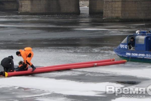 В Воронеже молодой человек решил перейти водохранилище, но провалился под лёд