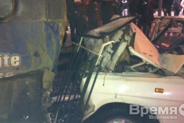 В Воронеже легковушка протаранила пассажирский автобус возле крупного торгового центра