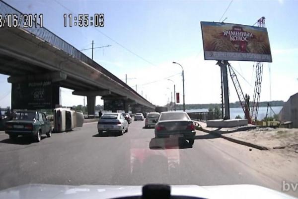 На Северном мосту перевернулась «Волга»