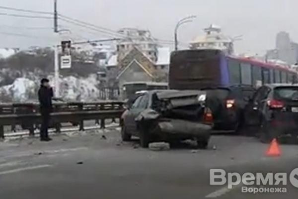 В Воронеже столкнулись сразу девять автомобилей, в том числе пассажирский автобус