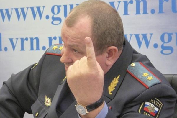 Александр Сысоев пообещал уволить писающего полицейского