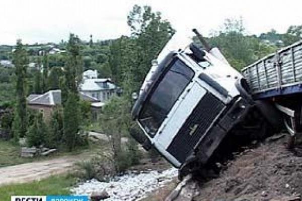 Под Воронежем грузовик вылетел в кювет, разбросав пять тысяч кирпичей