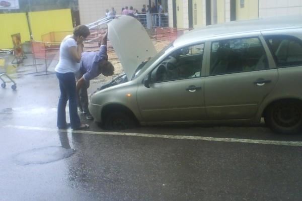 В центре Воронежа легковушка провалилась под асфальт