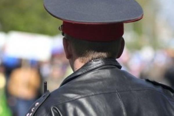 Писающий полицейский опознан и уволен