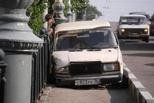 На мосту у Заставы «Жигули» припарковались на тротуаре