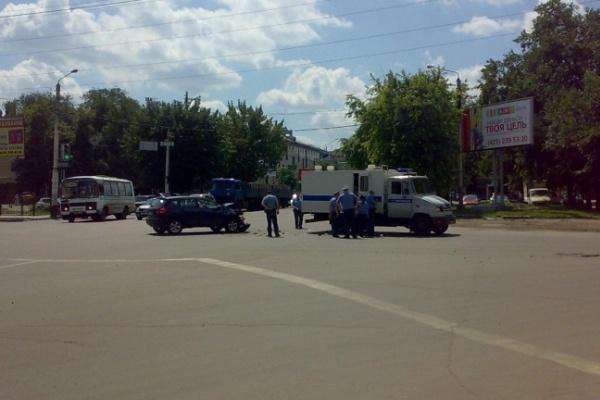 В центре Воронежа столкнулись внедорожник и полицейская спецмашина