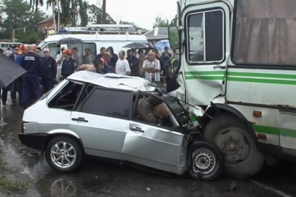Под Воронежем в рейсовый автобус врезалась легковушка