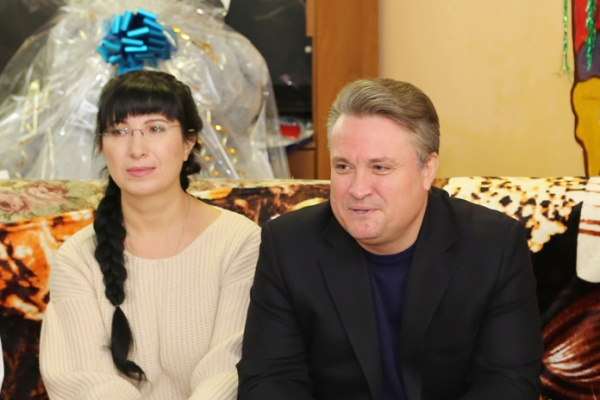 Мэр Воронежа с супругой призвал занимающих «серьезные позиции» персон к благотворительности