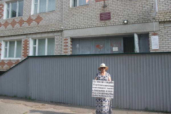 «Объявляю голодовку»: в Воронежской области активистка вышла на пикет против свинокомплекса