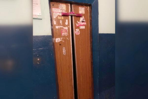 В воронежской многоэтажке лифт поехал вместе с застрявшим самокатом