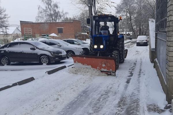 На борьбу с обильным снегопадом воронежские УК вывели технику во дворы