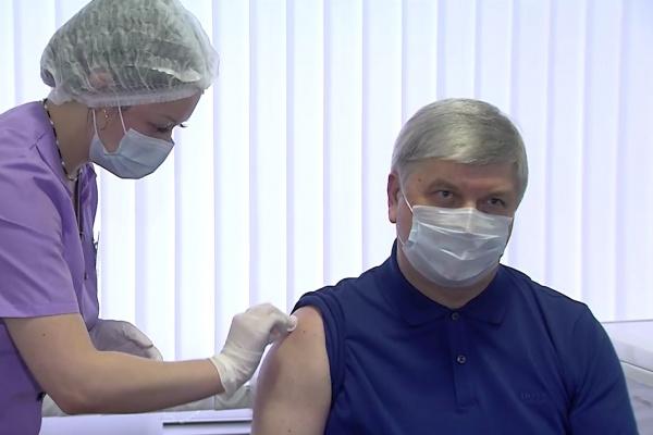 В Воронеже губернатор публично вакцинировался ради коллективного иммунитета