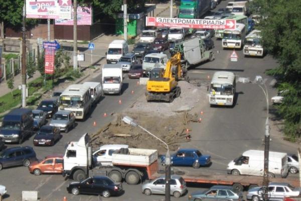 В Воронеже дорожный ремонт и две аварии заблокировали движение на оживленном перекрестке