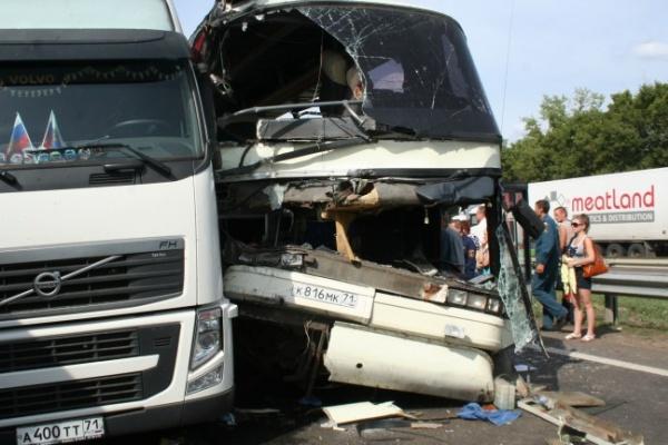 В Воронежской области пассажирский автобус врезался в цистерну с химотходами