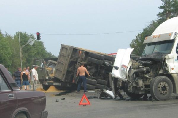 В Воронеже три фуры столкнулись и блокировали движение на окружной дороге