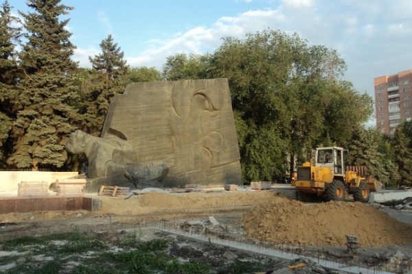 У памятника Славы пока не приступили к укладке новой плитки