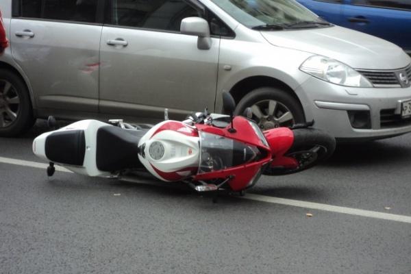В центре Воронежа не поделили дорогу легковушка и мотоцикл