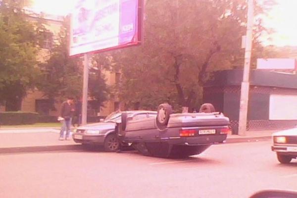 В центре Воронежа из-за перевернувшейся иномарки затруднено движение