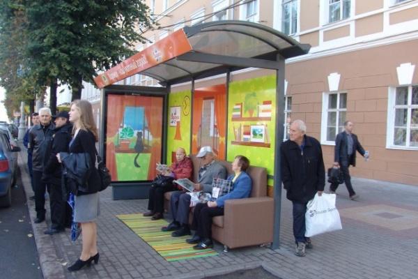В Воронеже на автобусных остановках появились мягкие диваны