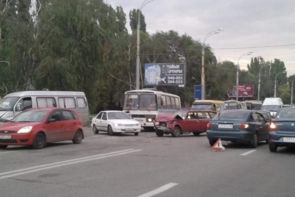 Чернавский мост в Воронеже «встал» в глухой пробке из-за крупного ДТП