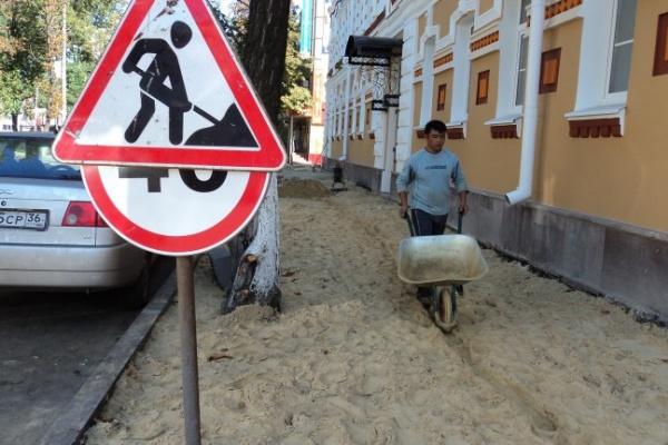 За день до праздника на улицах Воронежа еще вовсю кипит работа