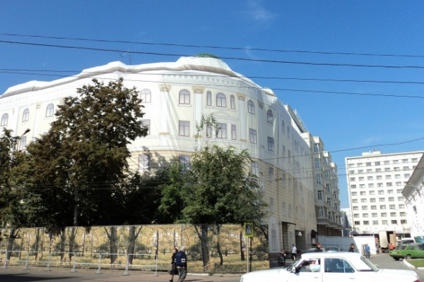 С жилого дома в центре Воронежа после праздников так и не сняли ткань с рисунком фасада