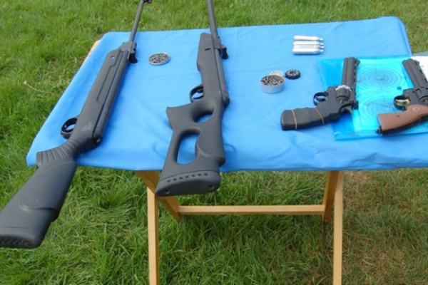 В Воронежской области полицейские разрешили взять школьникам в руки оружие