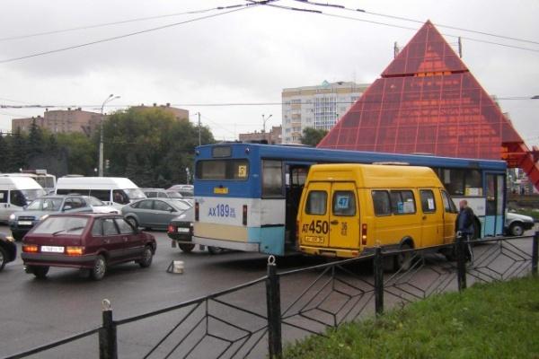 В Воронеже два ДТП на кольце у памятника Славы привели к транспортному коллапсу