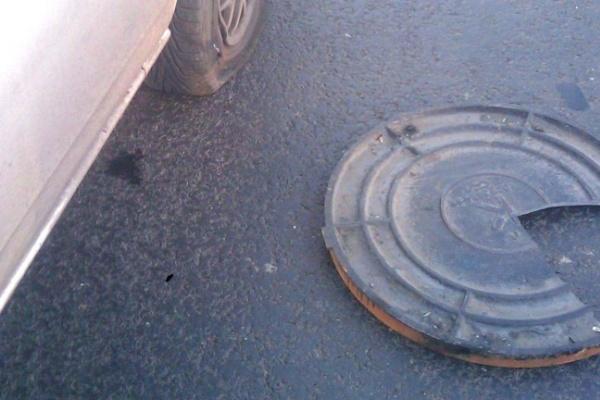 На набережной Массалитинова из-за открытых люков на проезжей части произошло несколько ДТП