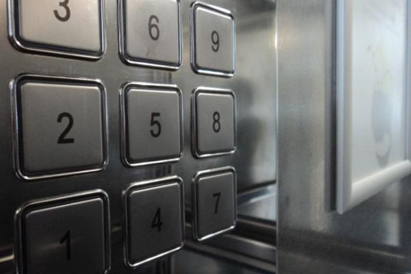 В Воронеже управляющая компания сократила лифтерш