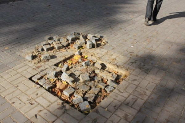 В центре Воронежа новую брусчатку меняют на плитку из-за жалоб дворников