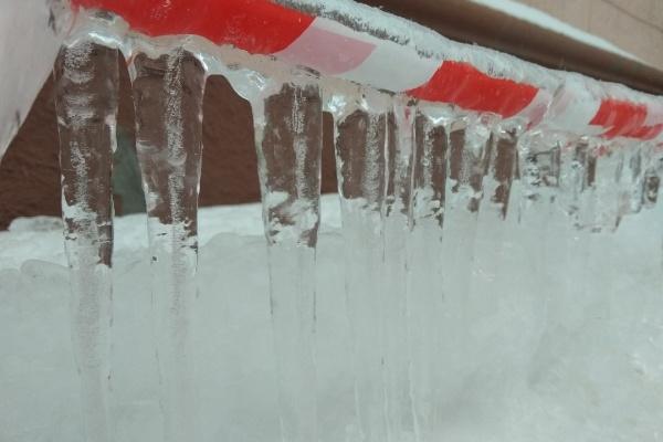 Следователи выяснят причины падения снежного пласта на девушку в Воронеже